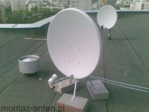 Montaż bezinwazyjny anteny satelitarnej na dachu bloku z wykorzystaniem wysięgnika wolnostojącego na betonowych bloczkach Warszawa Ochota